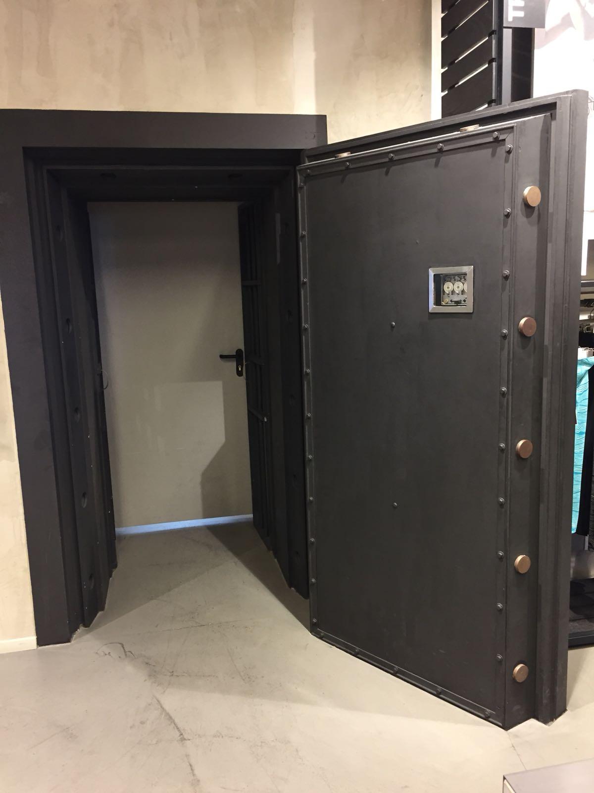 Tresorraumtür geöffnet